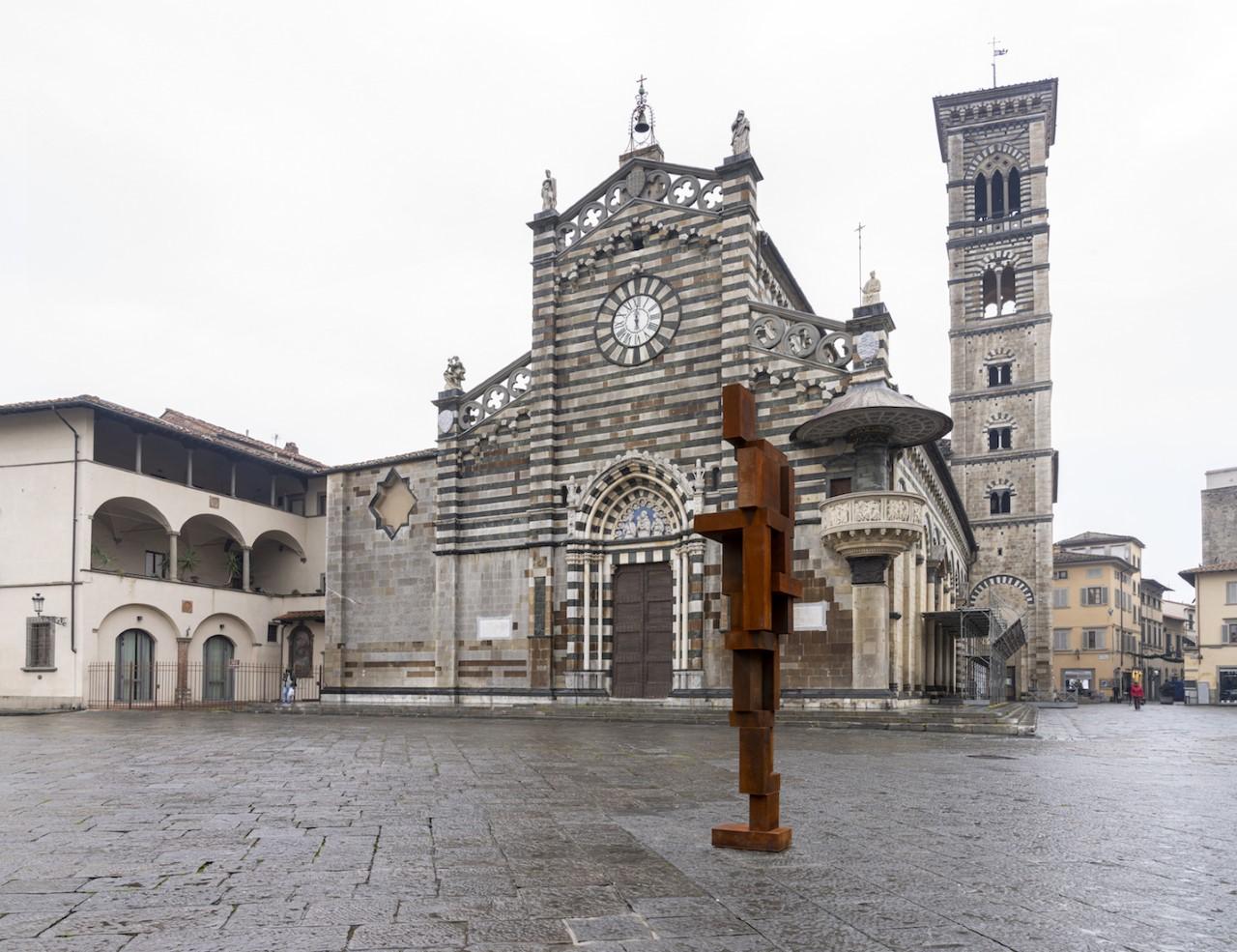 A tu per tu con Donatello e Michelozzo. Una mega scultura (3600 kg di ghisa) di Gormley in centro a Prato