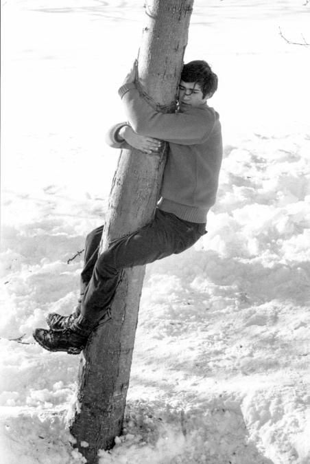 Giuseppe Penone, L'albero ricorderà il contatto del mio corpo, 1968. © Archivio Penone e Castello di Rivoli Museo d'Arte Contemporanea