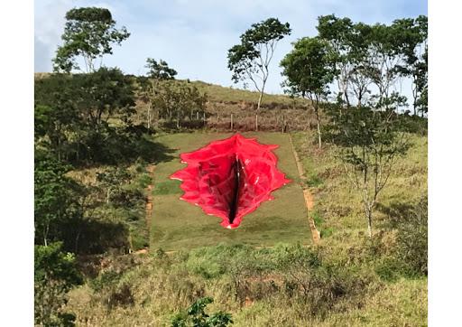 Vulva rossa su prato verde: la gigantesca scultura femminista che scuote il Brasile