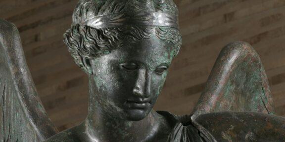 La Vittoria Alata dopo il restauro nel Capitolium con il nuovo allestimento di Juan Navarro Baldeweg Credits: Archivio fotografico Musei di Brescia ©Fotostudio Rapuzzi