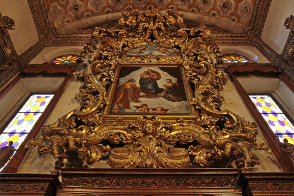 Piacenza, Chiesa di San Sisto, copia della Madonna Sistina di Raffaello nella cornice lignea settecentesca