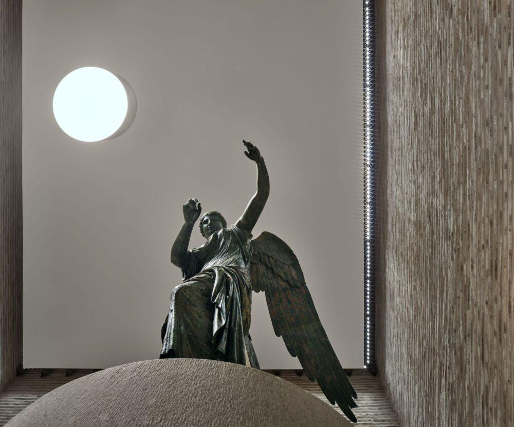 La Vittoria Alata dopo il restauro nel Capitolium con il nuovo allestimento di Juan Navarro Baldeweg Credits: Archivio fotografico Musei di Brescia ©Alessandra Chemollo