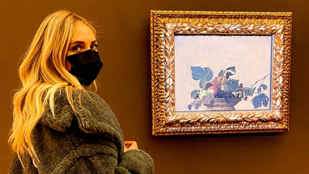 Chiara Ferragni davanti alla Canestra di frutta di Caravaggio