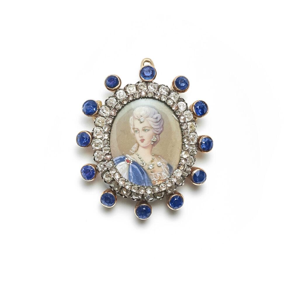 Pendente-spilla in oro, miniatura, zaffiri e diamanti, XX secolo (lotto 106, stima 900 – 1.100 euro)