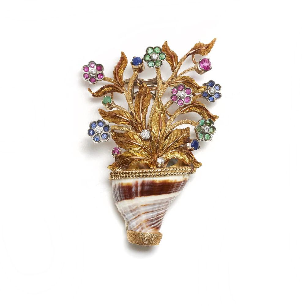 Spilla in oro, conchiglia, pietre di colore e diamanti, firmata Maria Carli (lotto 125, stima 1.200 – 1.600 euro)