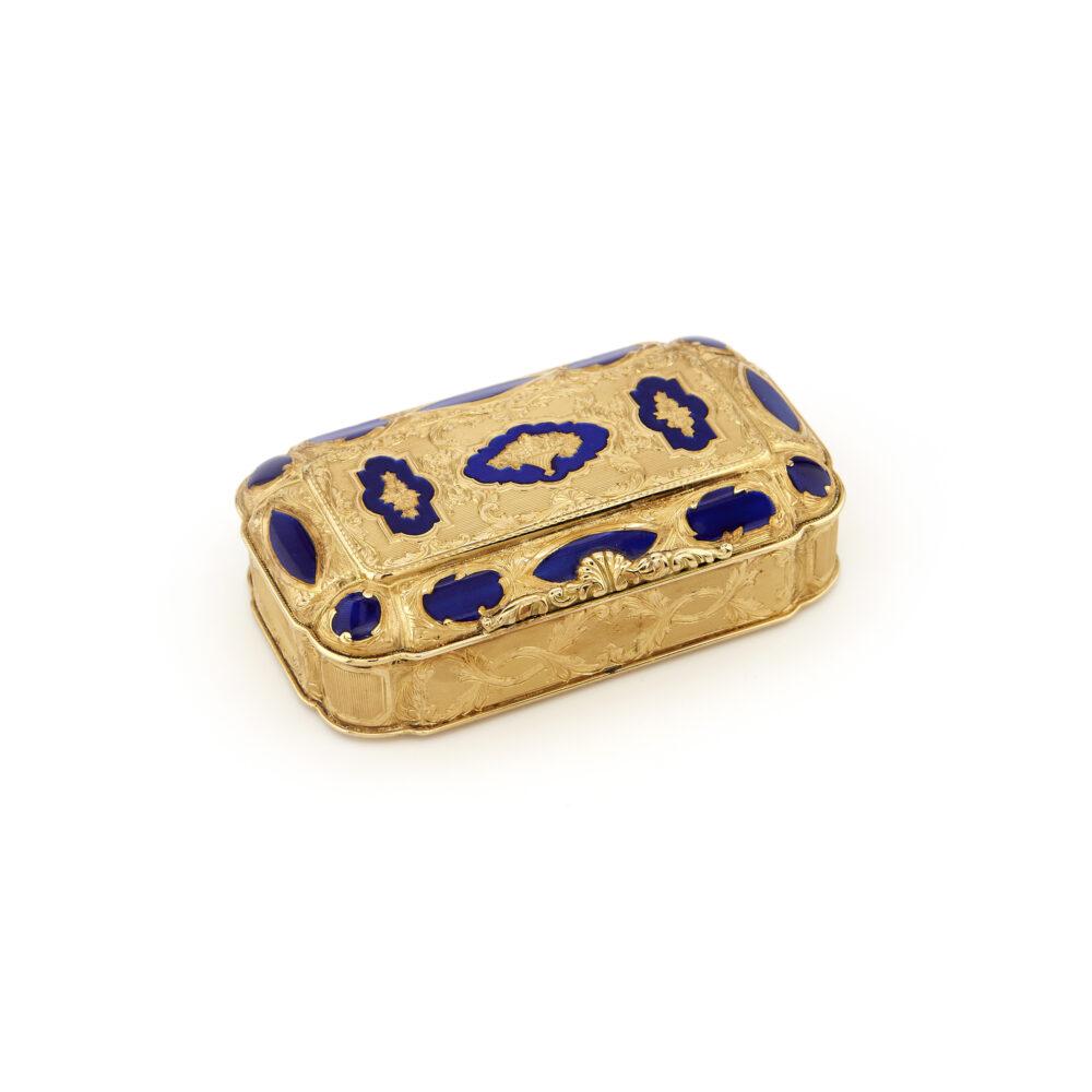Scatola in oro e smalto (lotto 131, stima 2.200 – 2.600 euro)