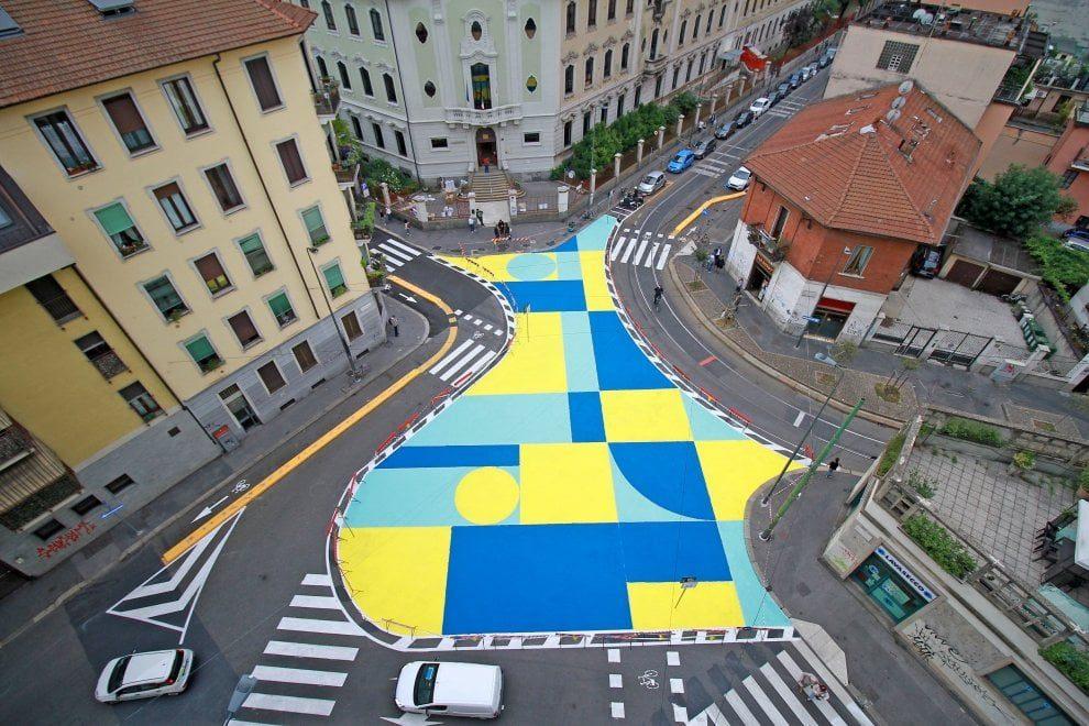 """Urbanistica tattica. A Milano, l'arte """"entra"""" nelle piazze e lascia la sua impronta colorata, a pois"""