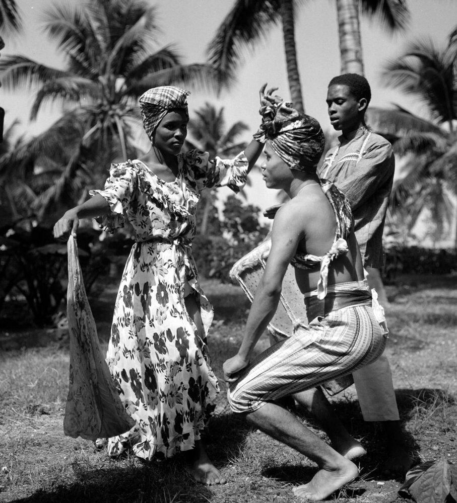 Danseurs haïtiens. Haïti, mars 1959. © Hélène Roger-Viollet / Roger-Viollet
