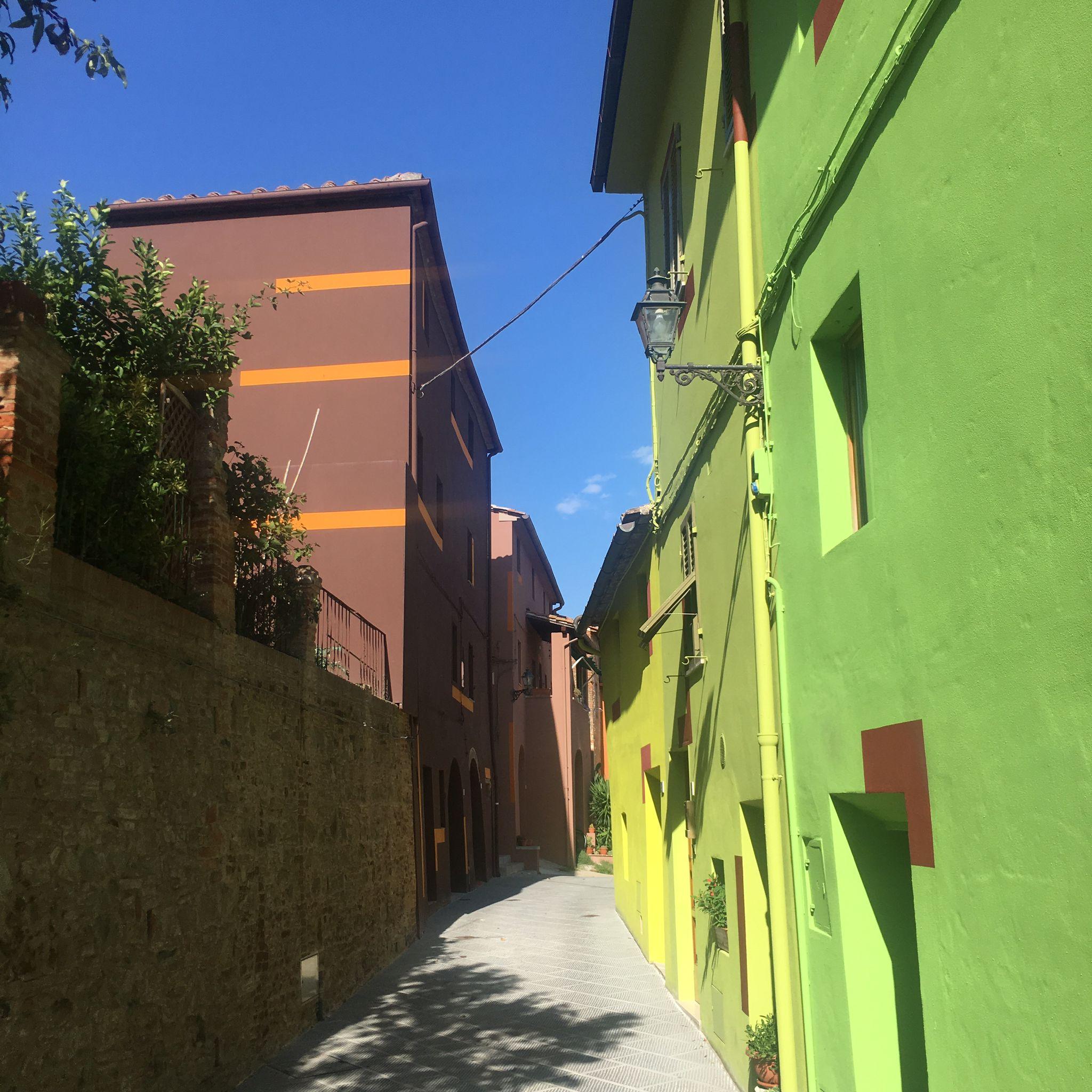 David Tremlett dipinge le facciate di un borgo toscano, e impreziosisce un vino…