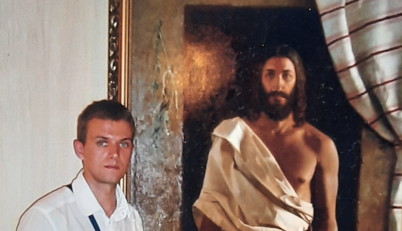 Vitaliy Shtanko in posa davanti al Cristo risorto