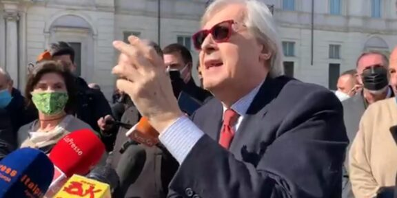 Vittorio Sgarbi durante la conferenza stampa a Piazza Navona
