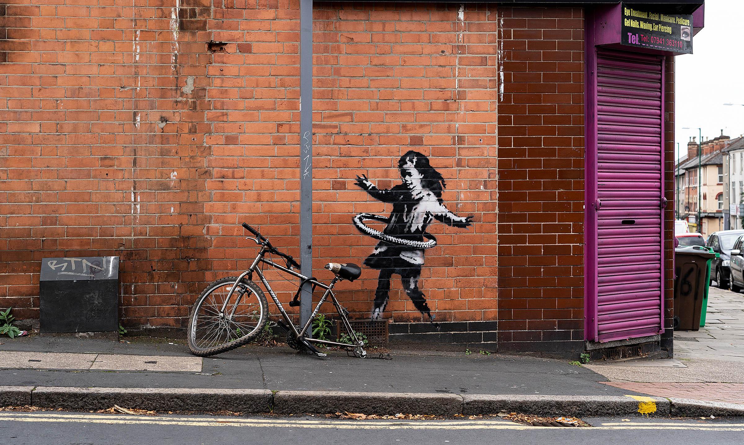 """Banksy. La """"Bambina con l'hula hoop"""" staccata dal muro e venduta a un collezionista"""