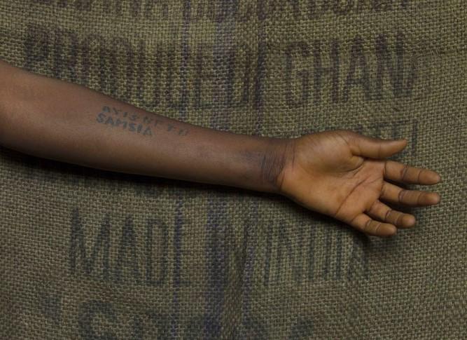 Strappi, cuciture, sangue. Le opere di Ibrahim MahamaeZehra Doğan raccontano le migrazioni, al PART di Rimini