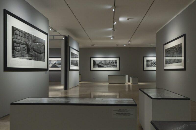 Installation view di Radici, fotografie di Josef Koudelka