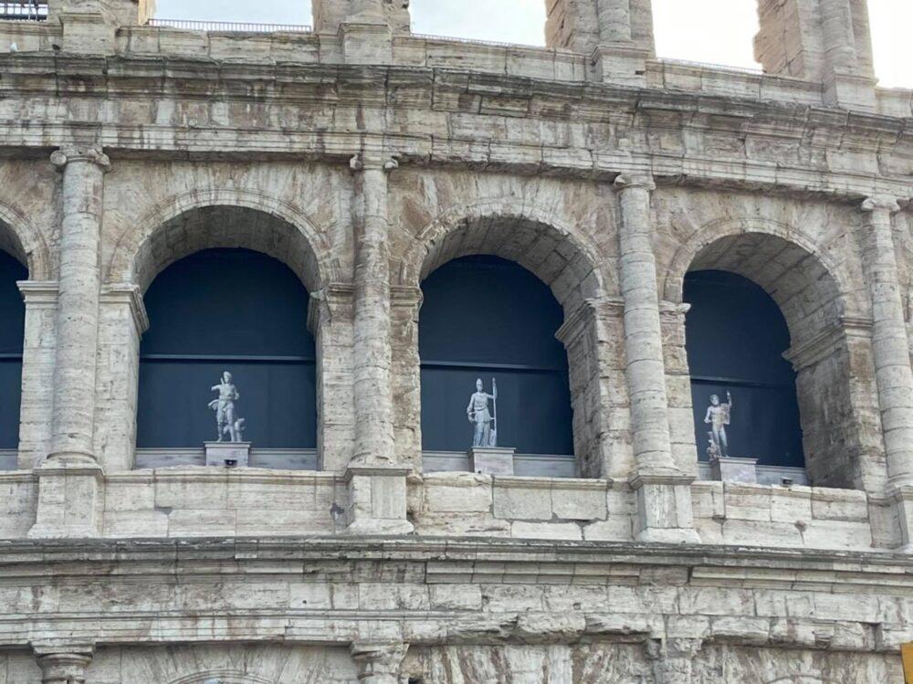 Statue Colosseo mostra Pompei
