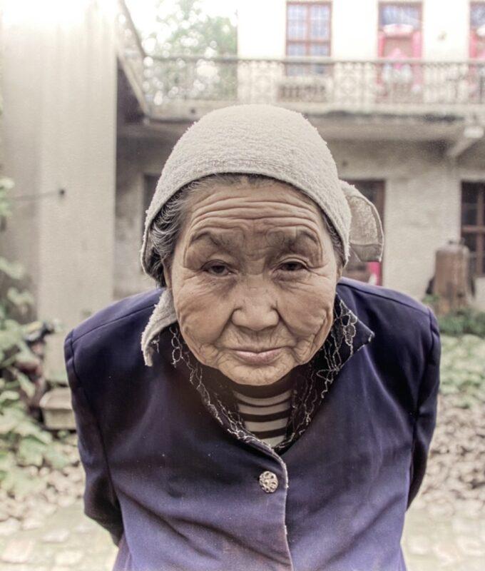 Una donna in un vecchio villaggio sul fiume Giallo, 2017, Kaifeng