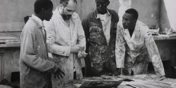 Bruno Ceccobelli con tre studenti, foto di Sandro Vannini, 1993, Accademia di Belle Arti Dakar, Senegal
