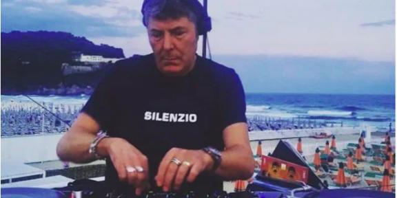 Claudio Coccoluto in una delle sue recenti performance sulla spiaggia di Serapo, Gaeta