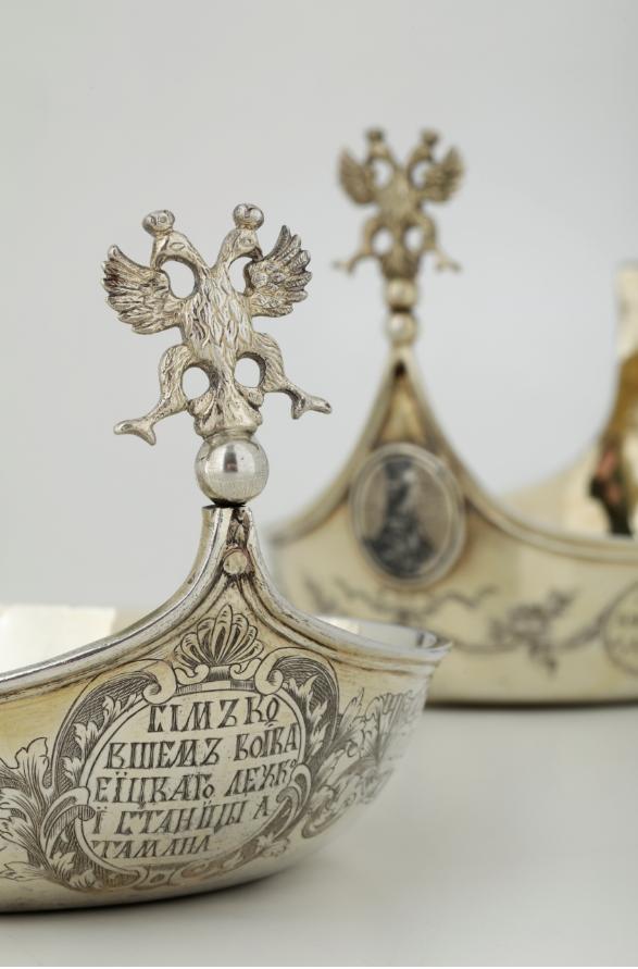 Kovsh imperiale in argento dorato e niellato. Bolli di Mosca per l'anno 1798 e bolli francesi di importazione cm 26,5x15x11, gr. 430 Stima: 20.000 - 25.000 eur