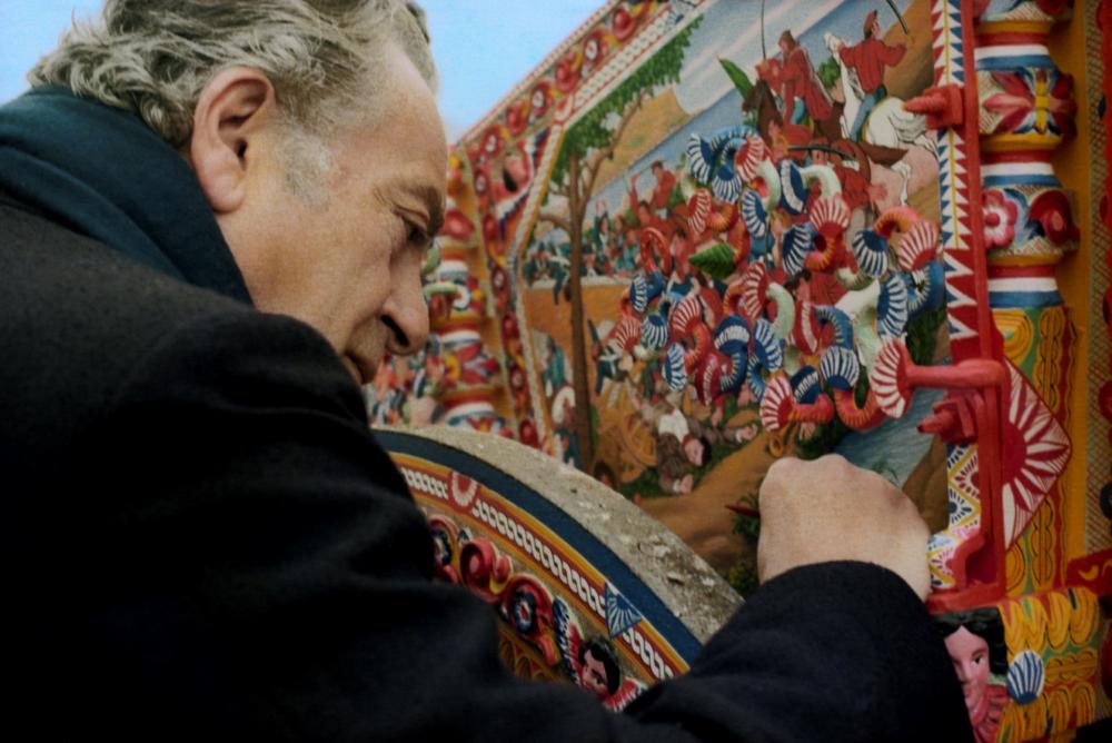 19.Mimmo Pintacuda_Il pittore Renato Guttuso (1911-1987) firma un carretto siciliano dei fratelli Ducato_1973-1979_ Mimmo Pintacuda © Archivi Alinari