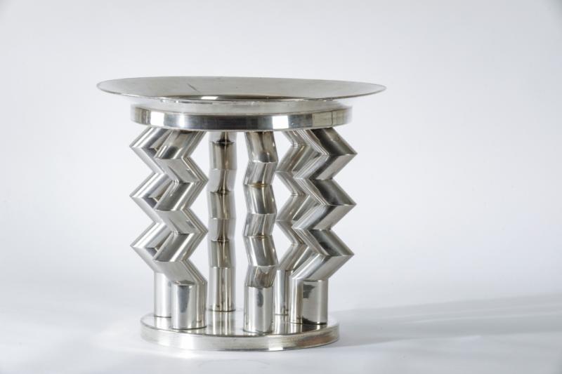 Ettore Sottsass Centrotavola mod. Murmansk in argento 800. Marchio incusso. Prod. Memphis, Italia, 1980 ca. cm 30x35 Stima: 6.000 - 8.000 euro