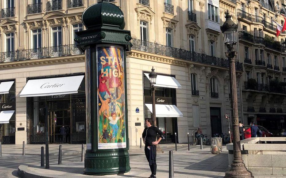 Su col morale! Mika decora Parigi con nove manifesti d'artista