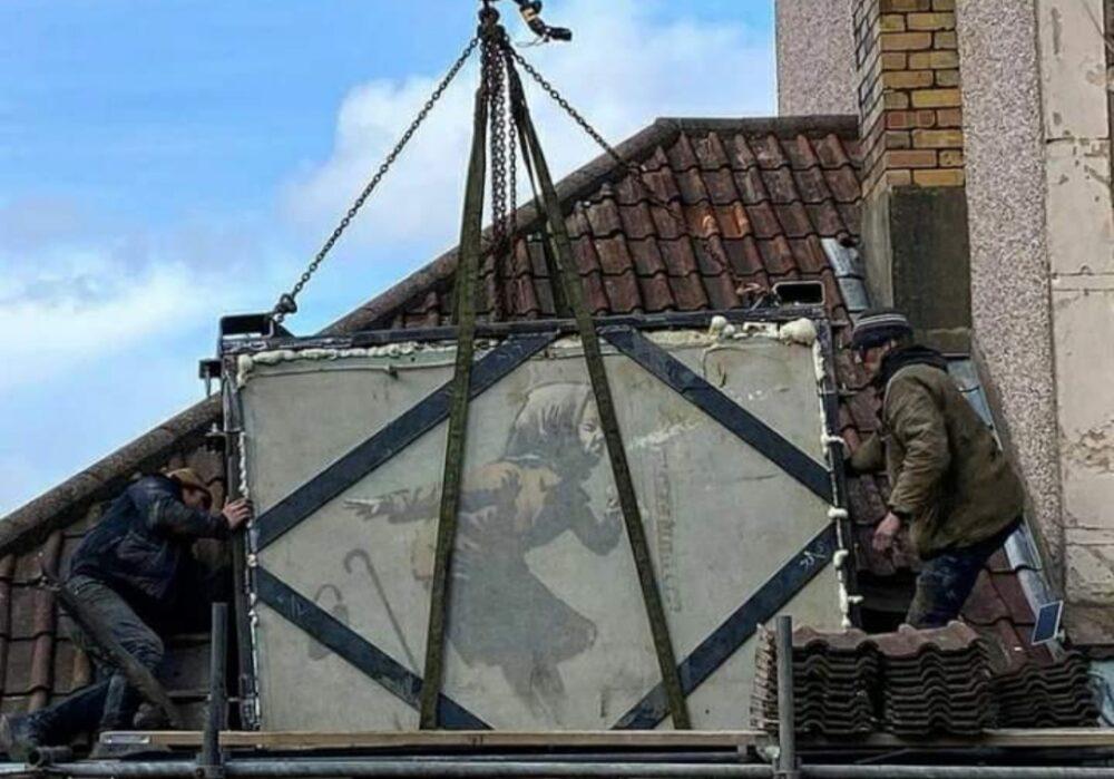 La gru rimuove il murale di Banksy