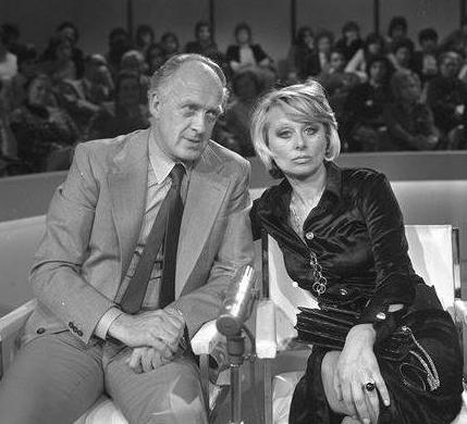 Raimondo Vianello e Sandra Mondaini in Tante scuse, scritto da Enrico Vaime