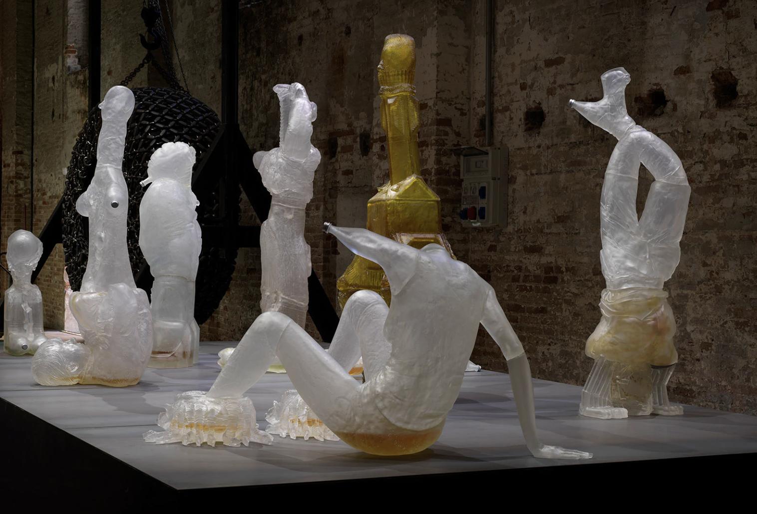 Gli aspetti più oscuri della società contemporanea. Le sculture surreali di Andra Ursuţa a Parigi