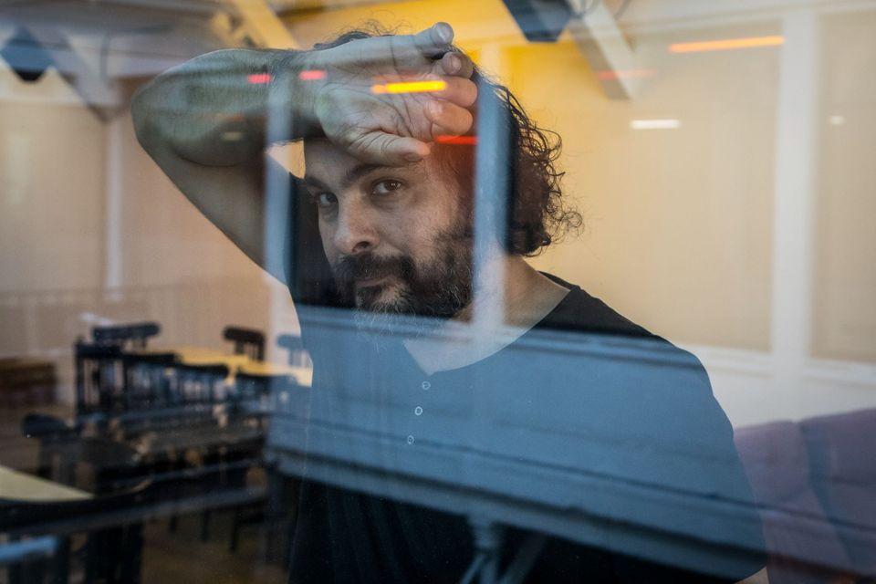 Sarà l'artista franco-algerino Kader Attia al timone della Biennale di Berlino 2022