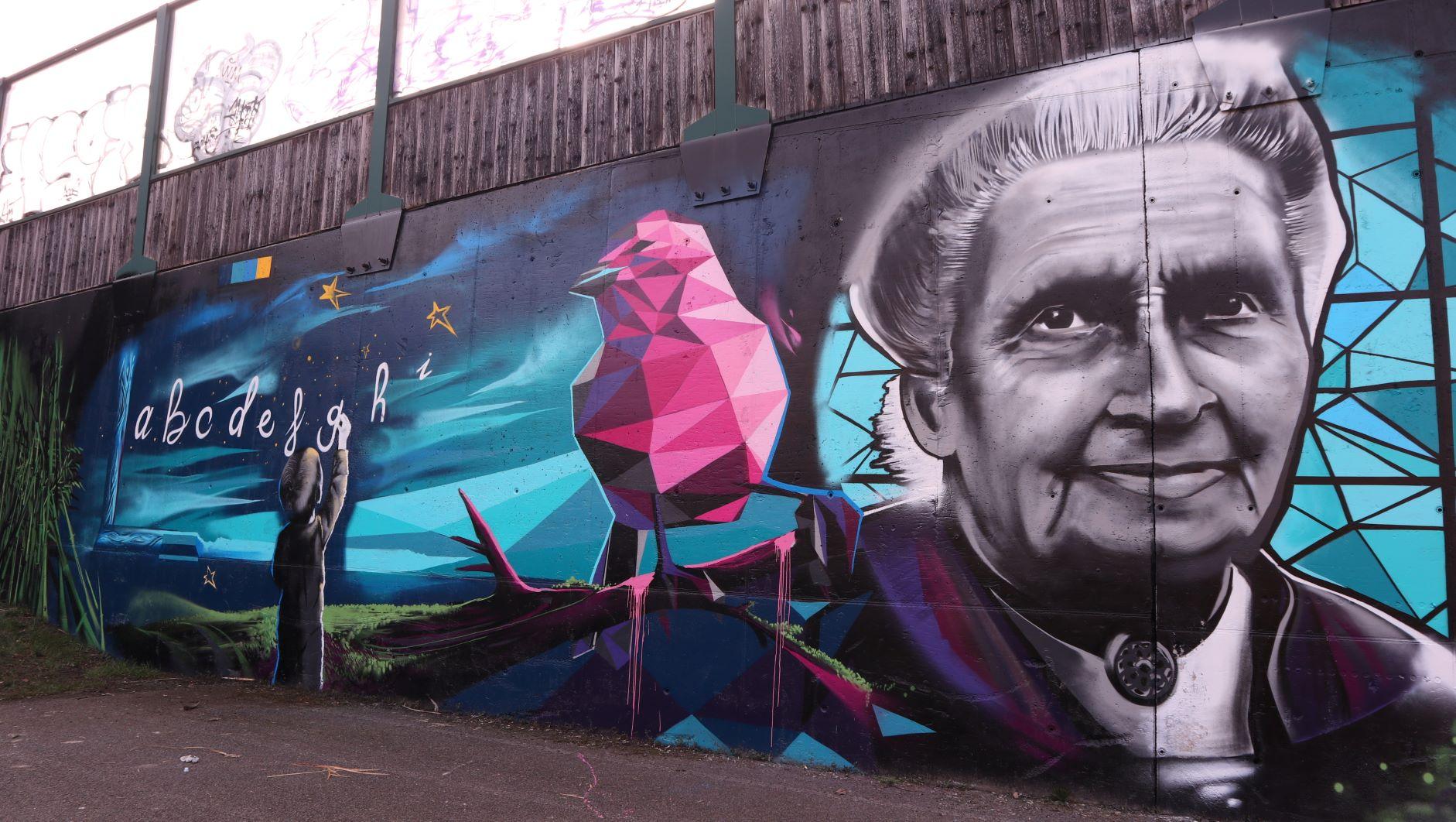 Un bellissimo murales in onore di Maria Montessori, la Dama dell'educazione. A Milano