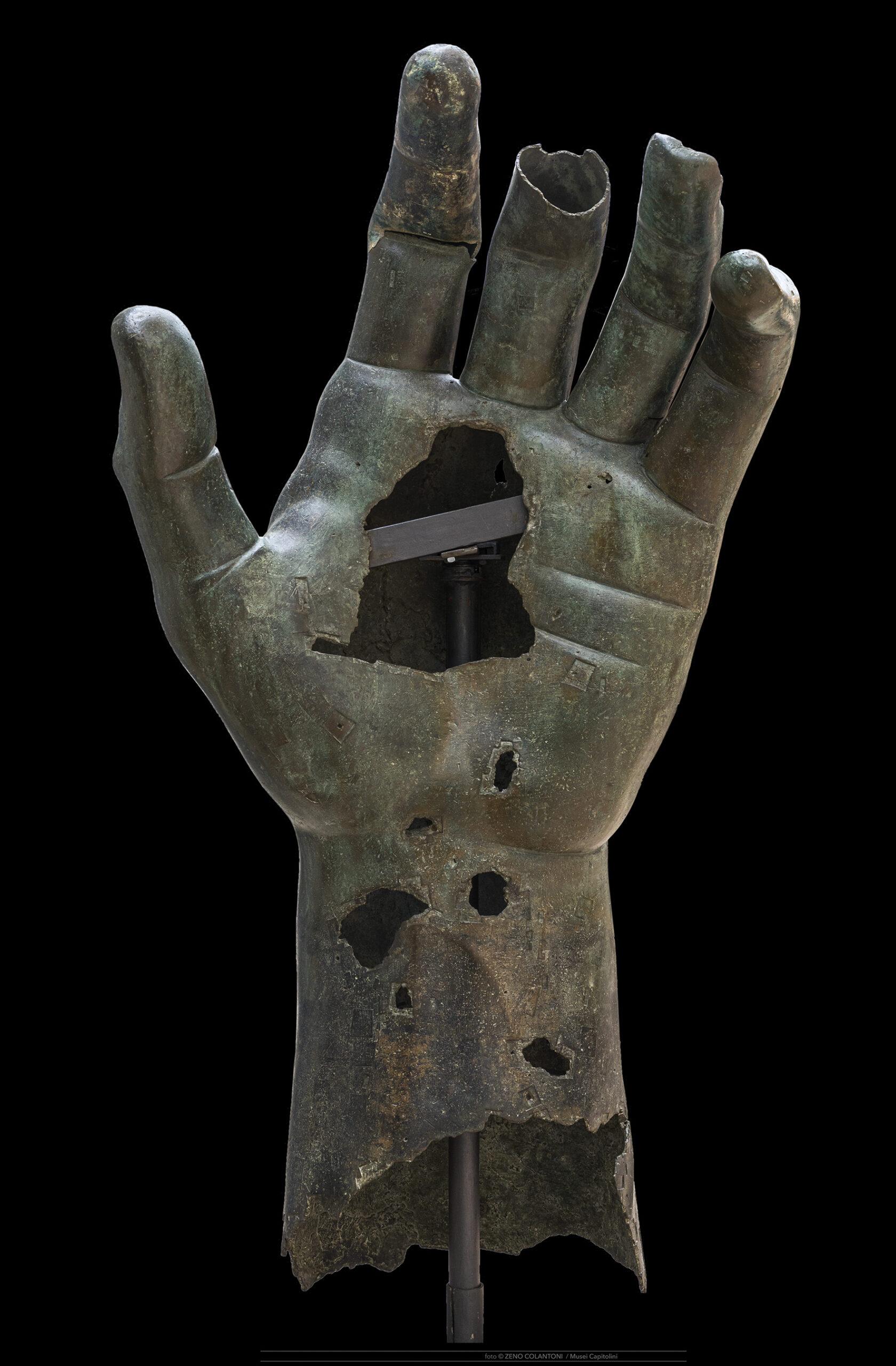 Ricomposta la mano del Colosso di Costantino con dito del Louvre