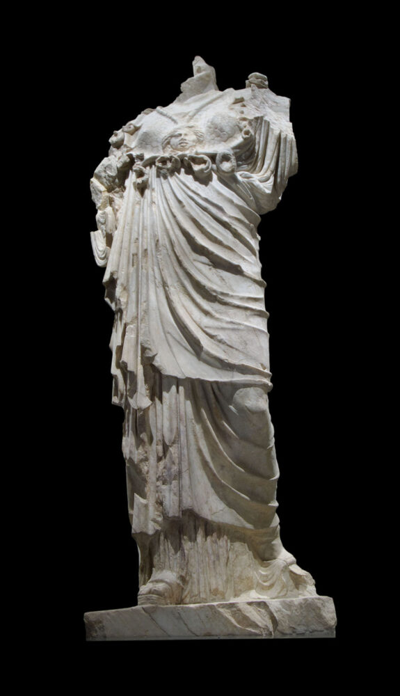 Statua di Minerva in marmo pentelico rinvenuta nell'aula centrale del santuario di Breno (BS), loc. Spinera.