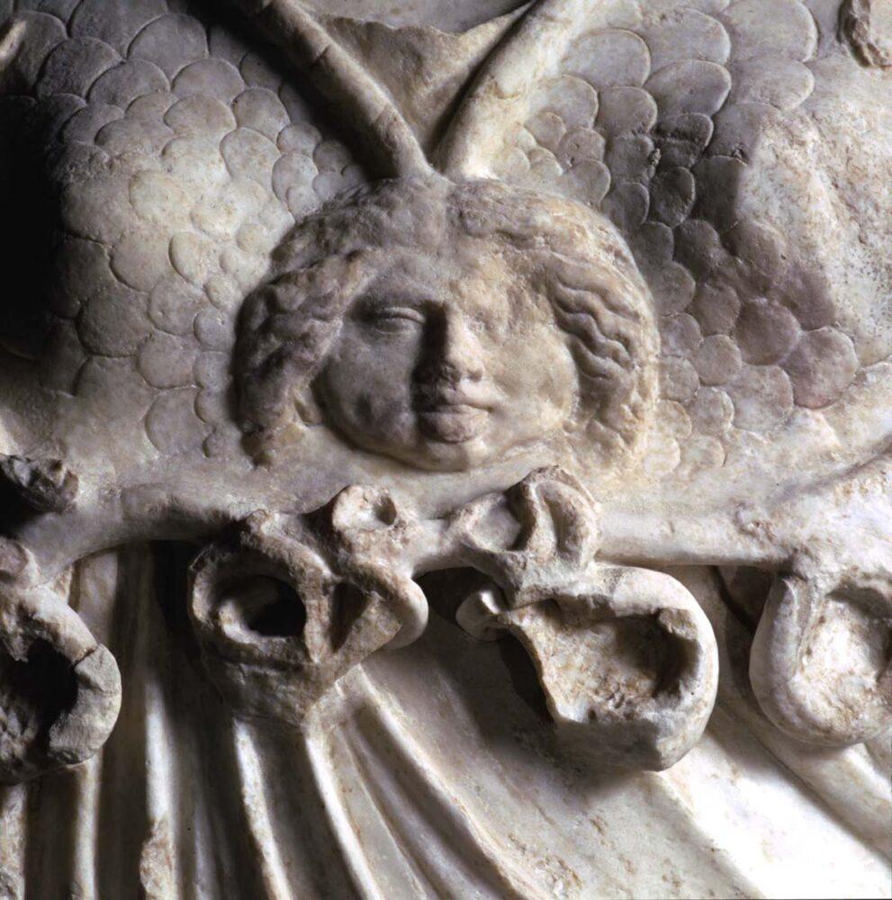 Particolare della Statua della dea Minerva con egida a scaglie con Gorgone e serpentelli penduli.