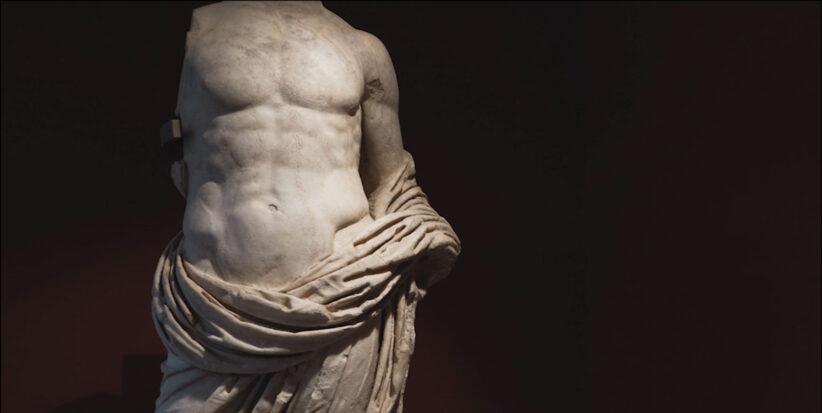 Statua in marmo locale di Vezza d'Oglio (alta Valle Camonica) raffigurante un personaggio maschile ritratto in posa eroica (part.), forse un giovane principe della famiglia imperiale. Datata ad età giulio-claudia, proviene dall'area del foro dell'antica Civitas Camunnorum. I-II d.C..