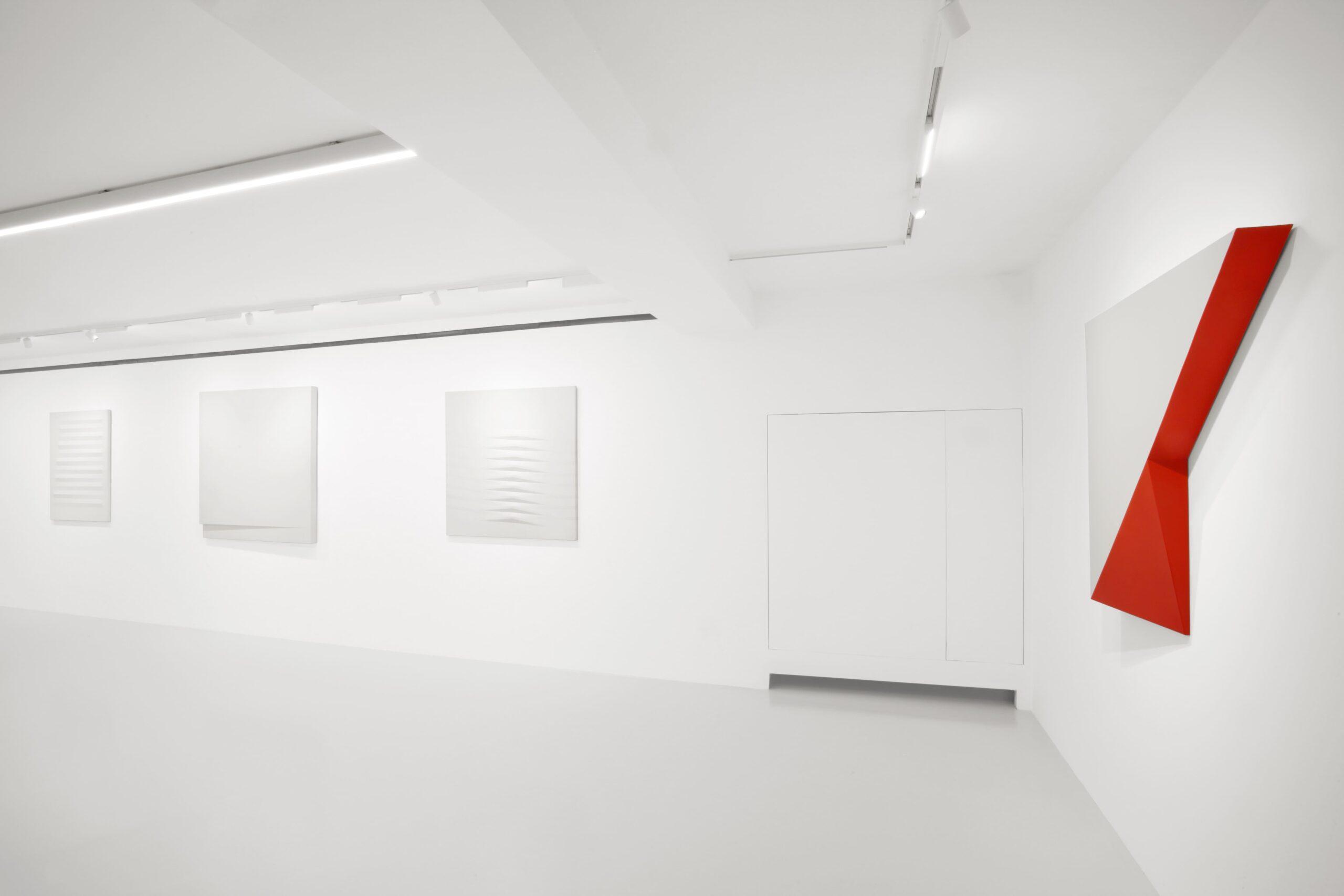 Nuova indagine sulla superficie. Bonalumi e De Alexandris in mostra a Milano