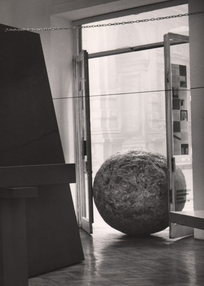 Oggetti in meno, 1965-1966 Sfera di giornali, 1966 giornali pressati 100 x 100 cm Foto : Archivio Pistoletto
