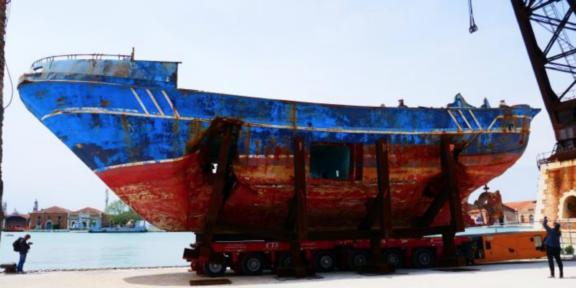 Barca Nostra, il barcone dei migranti esposto da Christoph Büchel alla Biennale 2019