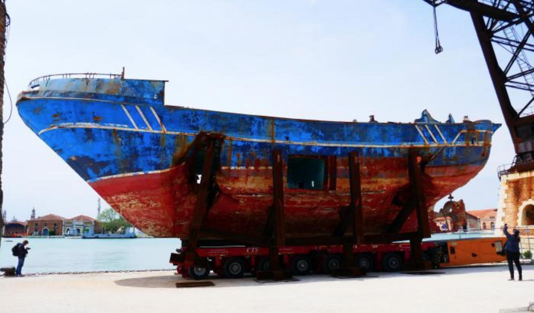 Ricordate il barcone dei migranti esposto alla Biennale 2019? Sapete che fine ha fatto?