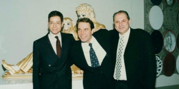 Jeffrey Deitch, Jeff Koons e Dakis Joannou al vernissage della mostra Everything That's Interesting Is New, Atene, 20.1.1996