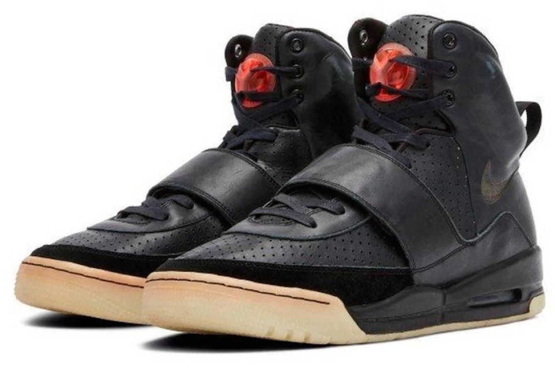 Kanye West straccia Michael Jordan. Le sneakers del rapper record a 1,8 milioni di dollari