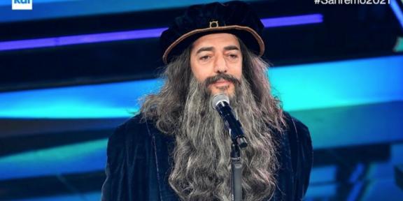 Max Gazzè vestito da Leonardo Da Vinci a Sanremo
