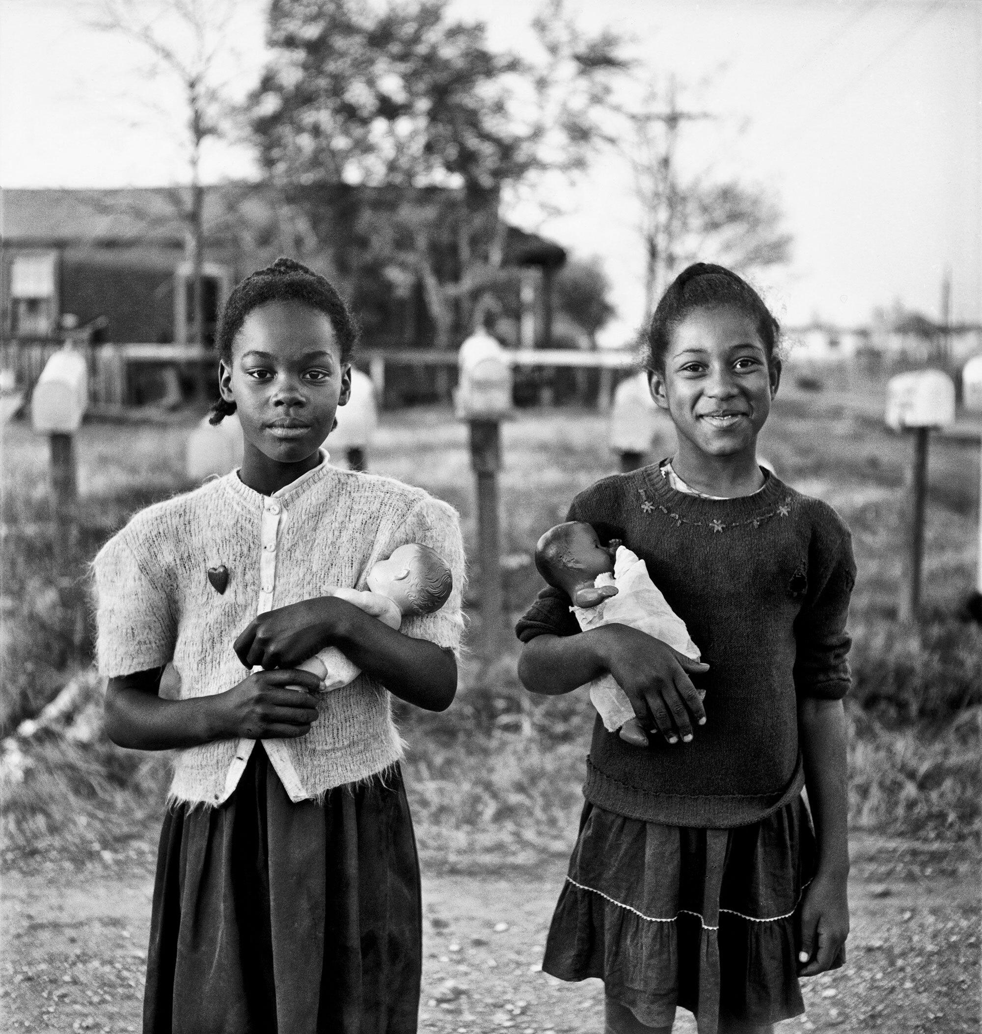 Guardare indietro per guardare avanti: le foto inedite di Elliott Erwitt in un nuovo libro