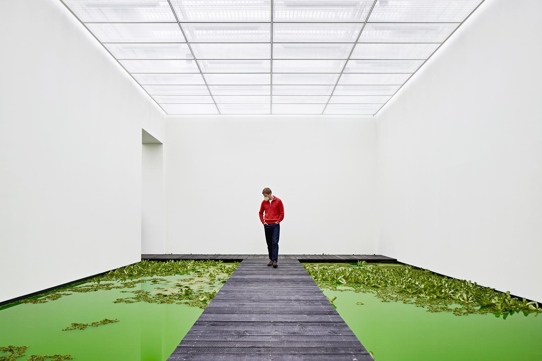 Olafur Eliasson ha portato un fiume verde tra le sale della Fondation Beyeler di Basilea