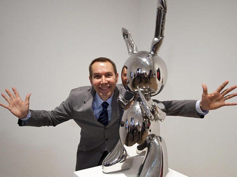 Jeff Koons posa con la sua opera da record Rabbit