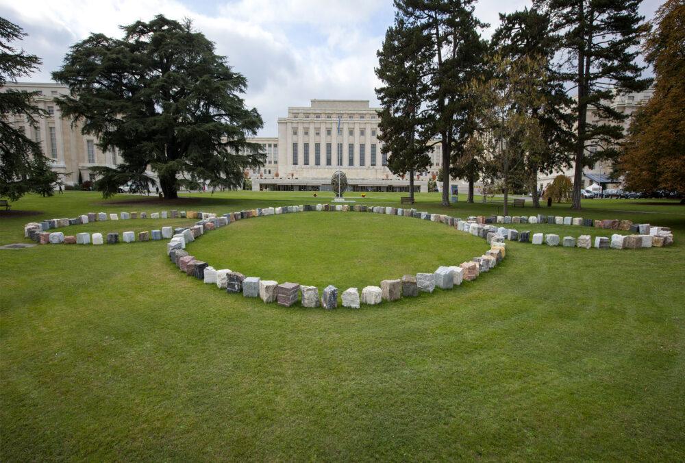 Rebirth, 2015 La scultura Rebirth, composta da 193 pietre, una per ciascuno degli Stati Membri delle Nazioni Unite, collocata come opera permanente nel Parco del Palazzo delle Nazioni a Ginevra. Foto : E. Amici