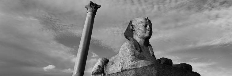 """sfinge in granito rosa e colonna monumentale in granito rosso di Assuan (c. d. """"colonna di Pompeo"""") dal Serapeo di Alessandria al Cairo, fotografati da Koudelka nel 2012."""