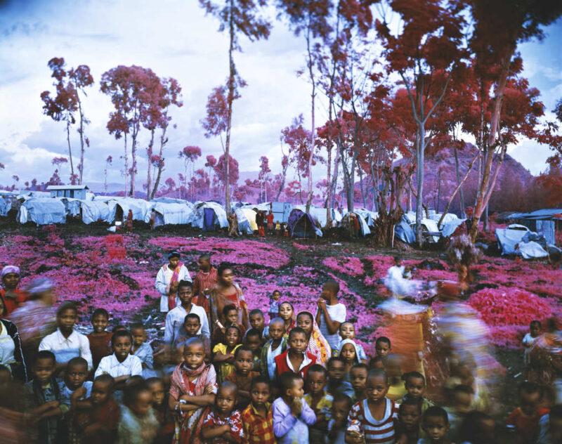 © Richard Mosse Lost Fun Zone, eastern Democratic Republic of Congo, 2012 * Courtesy of the artist and carlier   gebauer, Berlin/Madrid Il campo profughi di Kanyaruchinya, nel Kivu Nord, ha ospitato almeno 60.000 persone migrate verso sud dal territorio di Rutshuru per sfuggire ai ribelli dell'M23. Questa fotografia è stata scattata alla fine di ottobre 2012. Solo poche settimane dopo, la popolazione di Kanyaruchinya sarebbe stata costretta a fuggire di nuovo, abbandonando il campo in fretta e furia.