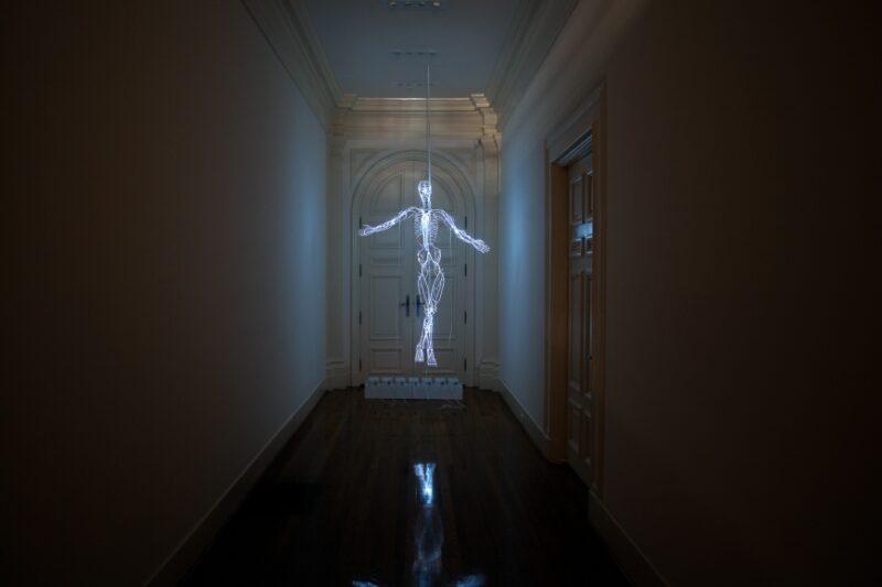 Lo scheletro in neon di Tavares Strachan alla Biennale Arte 2019