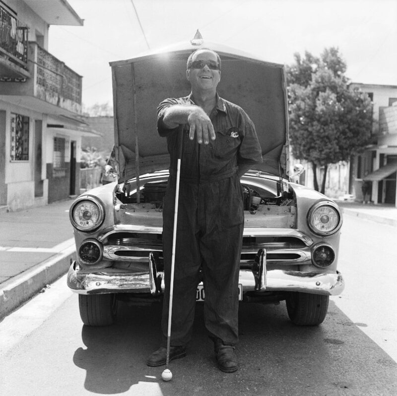 """Trinidad, Cuba, 2016 """"Posso sentire le parti della macchina e capire i problemi dei motori solo ascoltando i loro suoni. Questo mi aiuta a realizzare un buon lavoro."""" 40 x 40 cm ©Christian Tasso"""